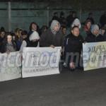 MARŞ: Tinerii târgovişteni au îngenuncheat în faţa Arhiepiscopiei şi a...