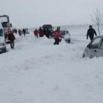 IALOMIŢA: 218 persoane şi 80 de autovehicule, scoase din zăpadă în ult...