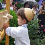 Elevii din DÂMBOVIŢA bat toca cu artă, sub privirile maestrului Gheorg...